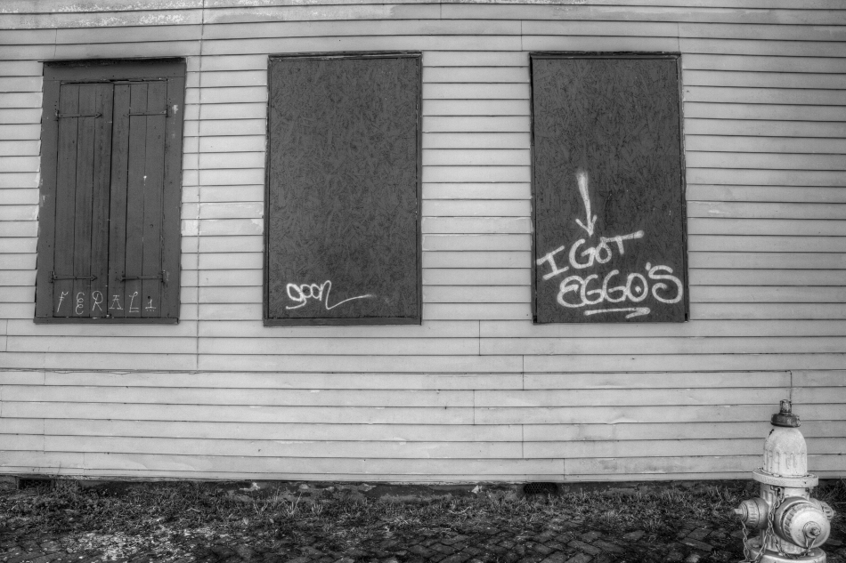"A building's side with graffiti that reads ""I got eggos"""